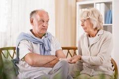 Hombre mayor que rechaza tomando el medicamento foto de archivo