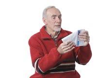 Hombre mayor que recibe la letra de la familia Fotos de archivo libres de regalías