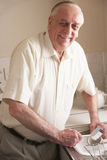 Hombre mayor que se lava para arriba en el fregadero Foto de archivo libre de regalías