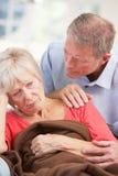 Hombre mayor que se ocupa a la esposa enferma Fotografía de archivo libre de regalías