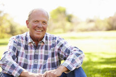 Hombre mayor que se relaja en Autumn Landscape Imagenes de archivo