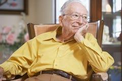 Hombre mayor que se relaja en butaca Imagen de archivo
