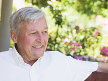 Hombre mayor que se relaja en el país Imagen de archivo libre de regalías