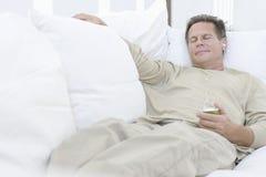 Hombre mayor que se relaja en el sofá Foto de archivo libre de regalías