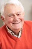 Hombre mayor que se relaja en silla en el país fotos de archivo libres de regalías