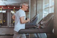 Hombre mayor que se resuelve en el gimnasio imágenes de archivo libres de regalías