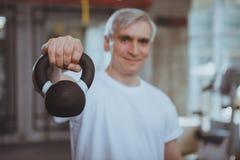 Hombre mayor que se resuelve en el gimnasio fotografía de archivo libre de regalías