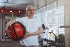 Hombre mayor que se resuelve en el gimnasio fotografía de archivo
