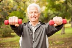 Hombre mayor que se resuelve en parque Imágenes de archivo libres de regalías
