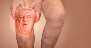 Hombre mayor que sostiene la rodilla con dolor collage Concepto de dolor y de desesperaci?n abstractos fotos de archivo