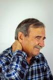 Hombre mayor que sufre con dolor de cuello severo Fotografía de archivo
