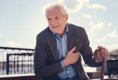 Hombre mayor que sufre de angina severa foto de archivo libre de regalías