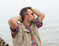 Hombre mayor que sufre de dolor de cabeza Imagen de archivo libre de regalías