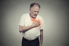 Hombre mayor que sufre de mún dolor en su ataque del corazón al pecho Imágenes de archivo libres de regalías