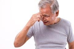Hombre mayor que sufre del dolor de cabeza, tensión, jaqueca Fotos de archivo libres de regalías