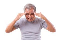 Hombre mayor que sufre del dolor de cabeza, tensión, jaqueca Fotos de archivo