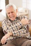 Hombre mayor que sufre fallo cardiaco Fotografía de archivo libre de regalías