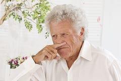 Hombre mayor que tiene alergia Imagen de archivo libre de regalías