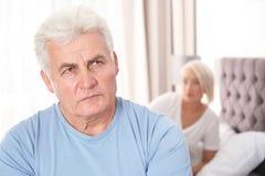 Hombre mayor que tiene conflicto con su esposa en dormitorio fotos de archivo libres de regalías