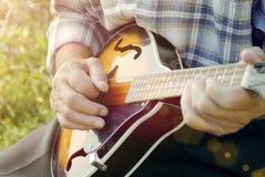 Hombre mayor que toca la mandolina Imagen de archivo