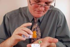 Hombre mayor que toma la medicación Foto de archivo libre de regalías