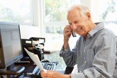 Hombre mayor que trabaja en el país Fotografía de archivo