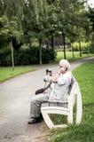 Hombre mayor que usa el teléfono Fotografía de archivo