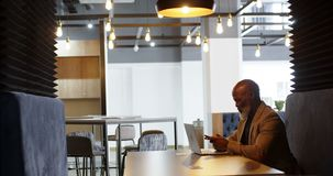 Hombre mayor que usa el teléfono móvil en la sala de conferencias 4k almacen de video