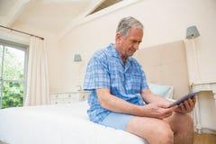 Hombre mayor que usa la PC de la tableta Fotos de archivo