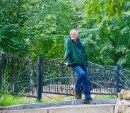 Hombre mayor sonriente en un parque Imagenes de archivo