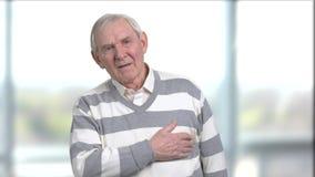 Hombre mayor triste que tiene calambres del corazón metrajes