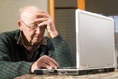Hombre mayor y computadora portátil Fotos de archivo libres de regalías