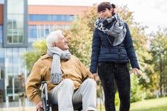 Hombre mayor y cuidador Fotografía de archivo libre de regalías