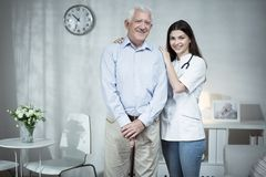 Hombre mayor y doctor que cuida Imágenes de archivo libres de regalías