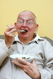 Hombre mayor y helado imagen de archivo