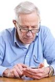 Hombre mayor y móvil imágenes de archivo libres de regalías