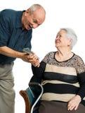 Hombre mayor y mujer mayor con el dinero Imagen de archivo