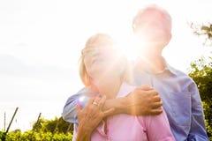 Hombre mayor y mujer que caminan de común acuerdo Imágenes de archivo libres de regalías