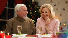 Hombre mayor y mujer que tienen fecha el víspera de Navidad, ligando y teniendo buen tiempo almacen de video