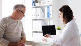 Hombre mayor y reunión del doctor en el hospital 59