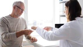Hombre mayor y reunión del doctor en el hospital 58 almacen de metraje de vídeo