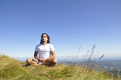Hombre Meditating de la yoga Imagenes de archivo
