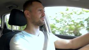 Hombre melancólico cansado que conduce un coche en la carretera almacen de metraje de vídeo