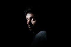 Hombre melancólico en oscuridad fotografía de archivo