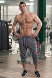 Hombre melenudo que muestra el músculo abdominal imagenes de archivo