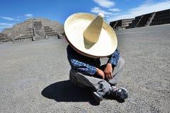 Hombre mexicano que tiene una siesta Imágenes de archivo libres de regalías