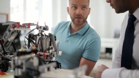 Hombre milenario que habla sobre los robots con el colega