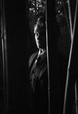 Hombre misterioso en las sombras, blancos y negros Imagen de archivo libre de regalías