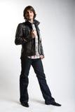 Hombre modelo de moda en la chaqueta negra de cuero Fotografía de archivo libre de regalías