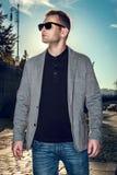 Hombre modelo hermoso atractivo elegante en forma de vida casual del paño en la calle en vidrios Fotos de archivo